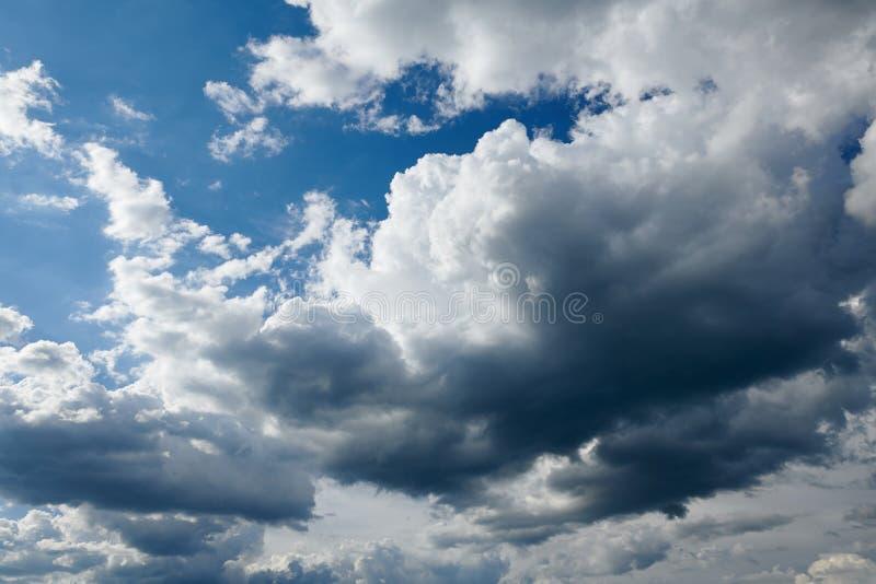 Dunkler st?rmischer Himmel mit Wolken lizenzfreie stockfotos
