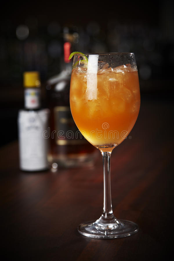 Dunkler u. stürmischer Rum stockbild