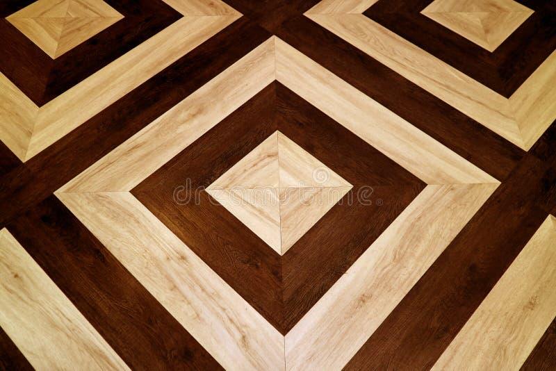 Dunkler und hellbrauner geometrischer Musterbretterboden stockfoto