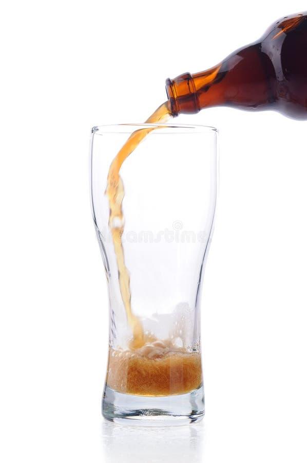 Dunkles Bier heraus gießen stockfotos