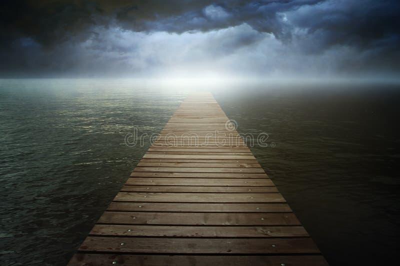 Dunkles cloudscape über surrealem See lizenzfreies stockfoto