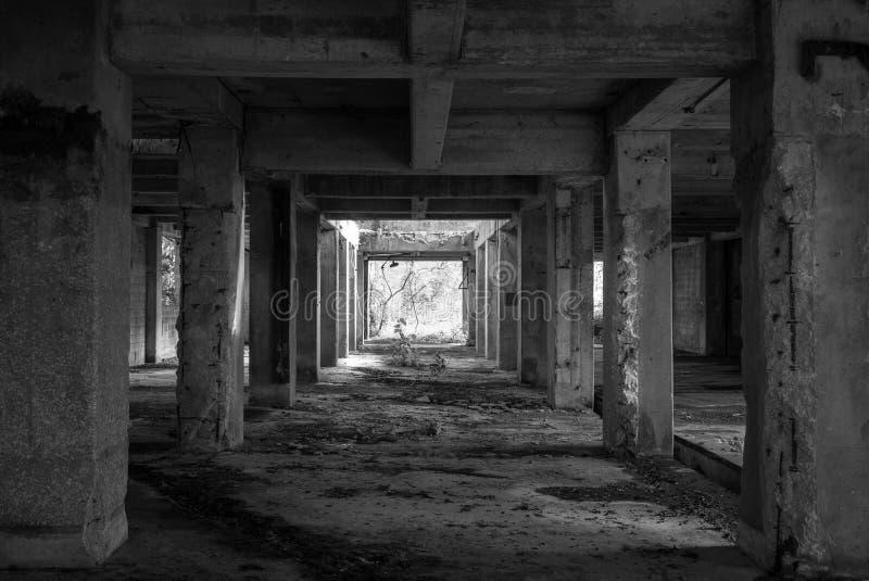 dunkles Gebäude stockfotos