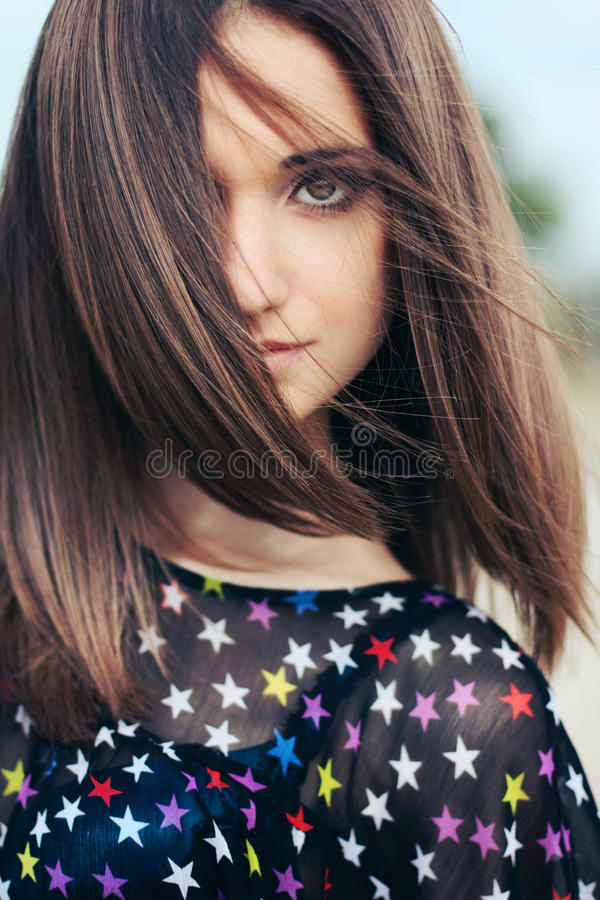 Dunkles Haar des schönen Mädchens mit den großen Augen intelligent lizenzfreie stockbilder