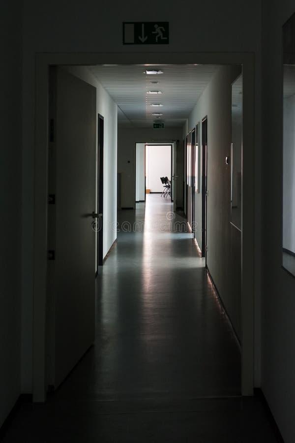 Dunkles Hallen-Licht im Enden-Höhepunkt-Ruhe-mysteriösen Büro DA lizenzfreies stockfoto
