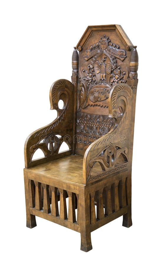 Dunkles Holz des eleganten Stuhls der Weinlese mit dem Schnitzen in der russischen Art auf weißem Hintergrund lizenzfreie stockfotografie