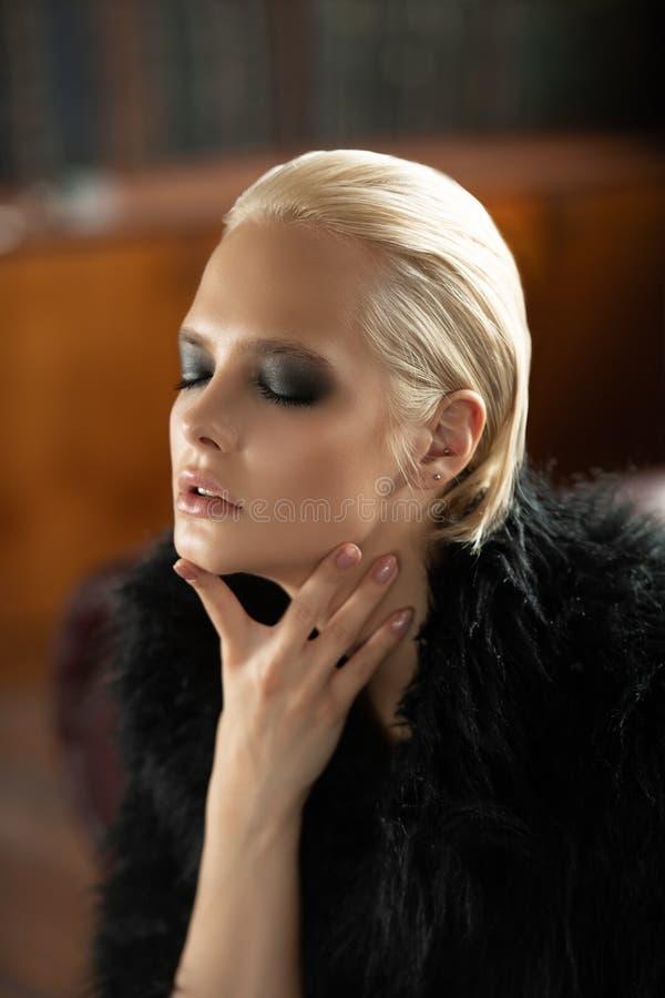 Dunkles Make-up im Porträt stockbilder