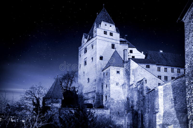 Dunkles mittelalterliches Schloss im Mondlicht stockfotografie