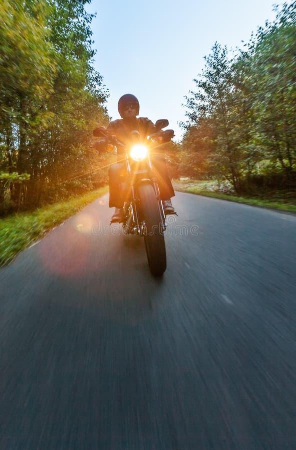 Dunkles Motorrad der motorbiker Reithohen leistung lizenzfreie stockfotografie