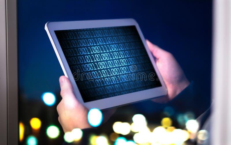 Dunkles Netz- und Internetsicherheitskonzept Mann oder Hacker, der Tablette verwendet stockfotografie