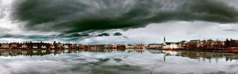 Dunkles Panorama Reykjavik lizenzfreie stockfotos