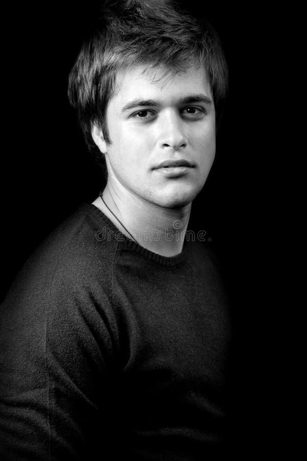 Dunkles Portrait von einem attraktiven jungen Mann stockbild