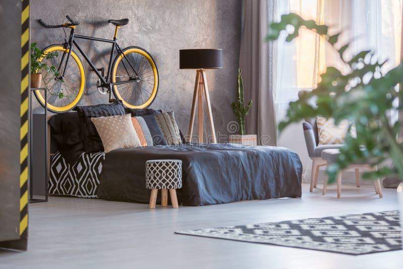 Dunkles Schlafzimmer Mit Fenster Stockfoto - Bild von zeitgenössisch ...