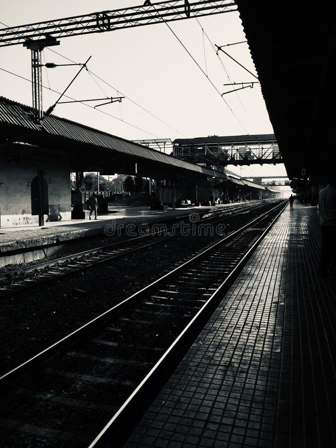 Dunkles Szenenfoto der Bahnplattform lizenzfreies stockbild