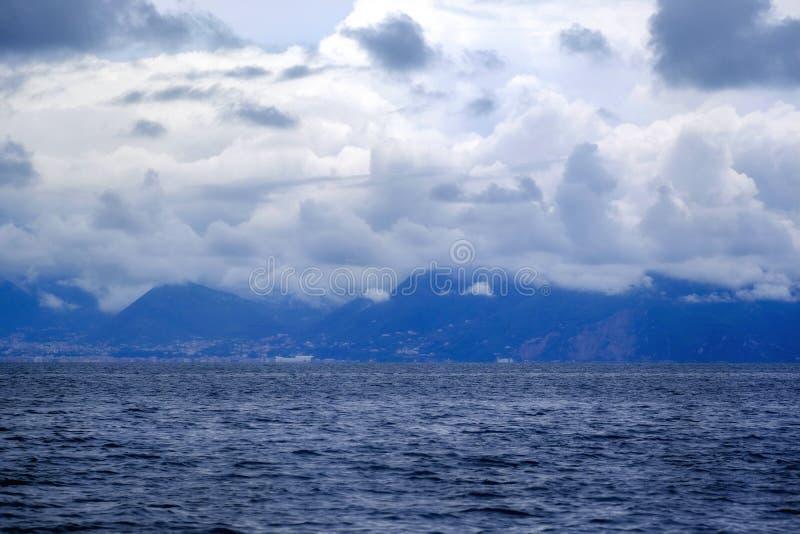 Dunkles Wasser, Wolken des starken Regens über Meer stockfoto