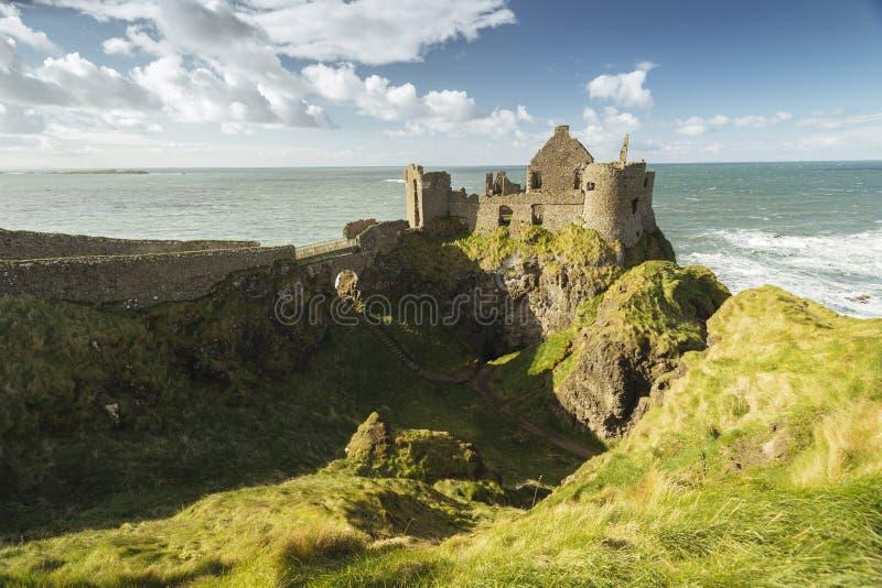 Dunlucekasteel, Antrim, Noord-Ierland tijdens zonnige dag stock foto's