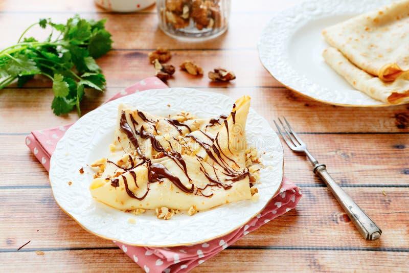 Dunne pannekoek met banaan en chocolade stock fotografie