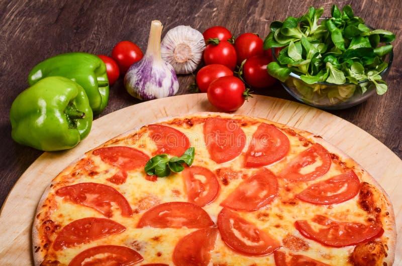 Dunne pizza met tomaten Margarita royalty-vrije stock foto's
