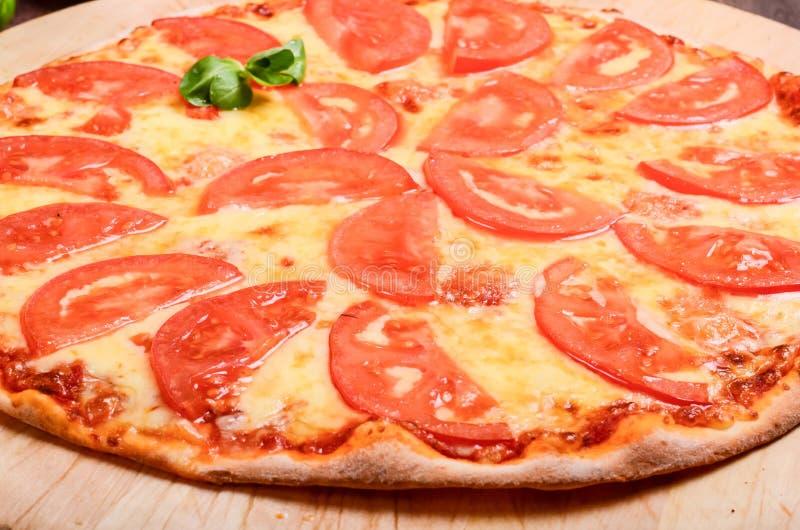 Dunne pizza met tomaten Margarita stock afbeelding
