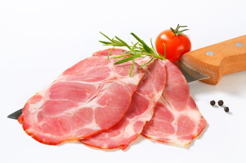 Dunne plakken van gerookt varkensvlees stock afbeeldingen