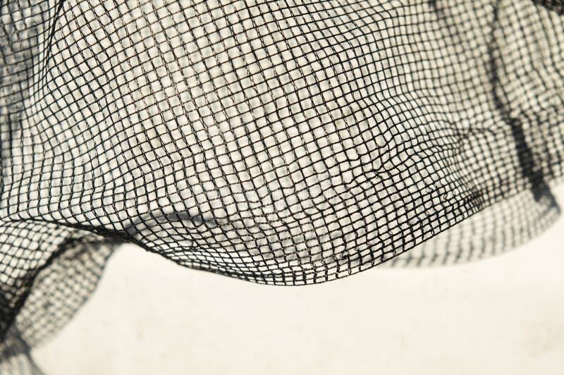 Dunne zwarte boete - netwerk met verfrommelde golven op witte achtergrond und stock fotografie