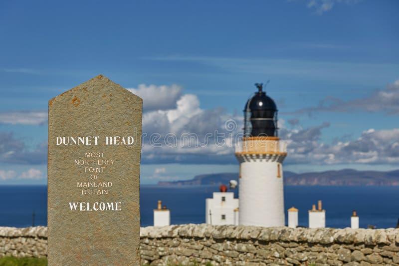 Dunnet Przewodzi latarnia morska stojaki na faleza wierzcho?ku wielkanocy g?owa na Dunnet g?owie Latarnia morska budowa? w 1831 R obraz stock