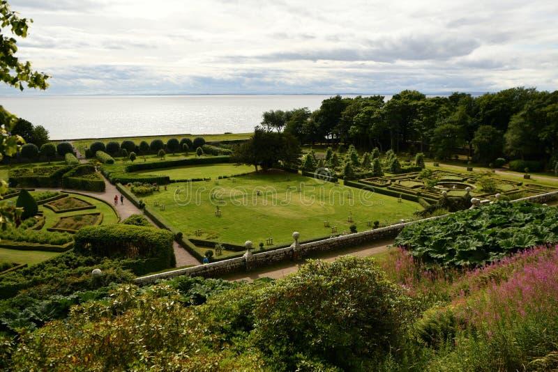 Dunrobin城堡在苏格兰,庭院,喷泉,庭院 库存照片