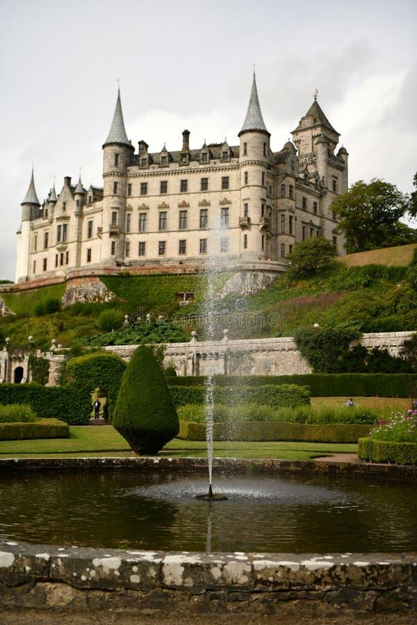 Dunrobin城堡在苏格兰,庭院,喷泉,庭院 免版税图库摄影