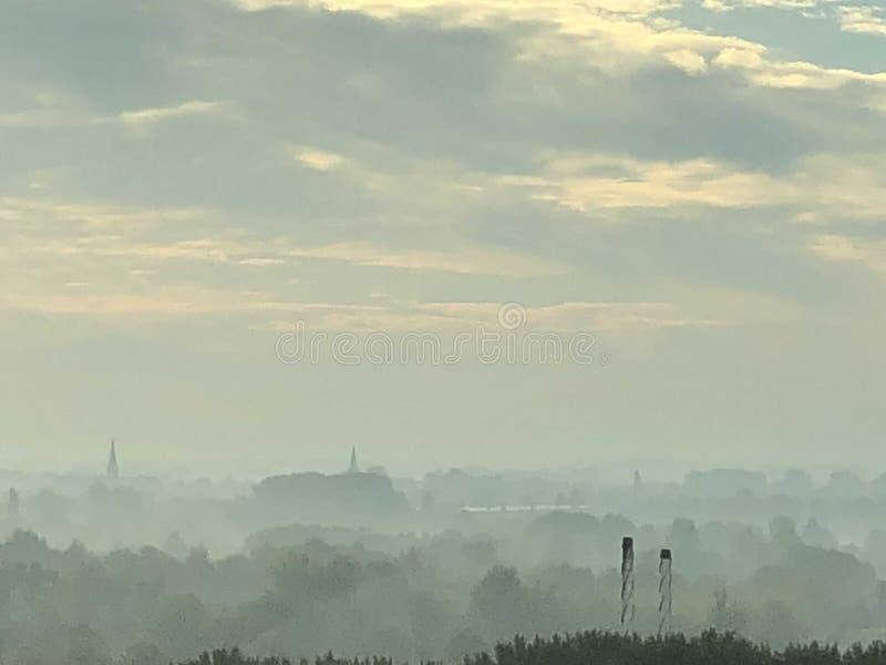 Dunst des frühen Morgens über den Poldern und den Wiesen nahe Amsterdam stockfotos