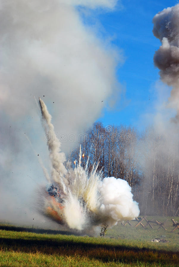 Dunst och brand på slagfältet royaltyfri bild