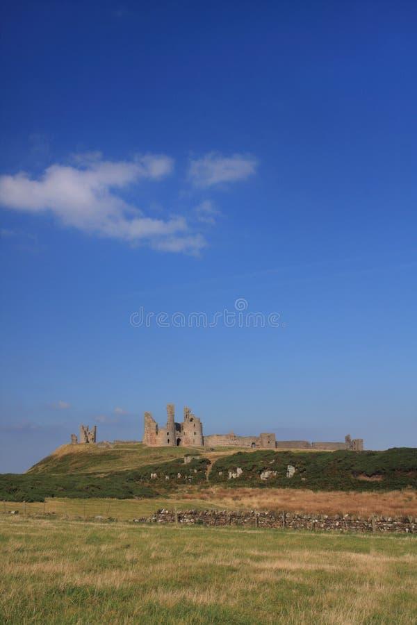 dunstanburgh замока стоковые фотографии rf