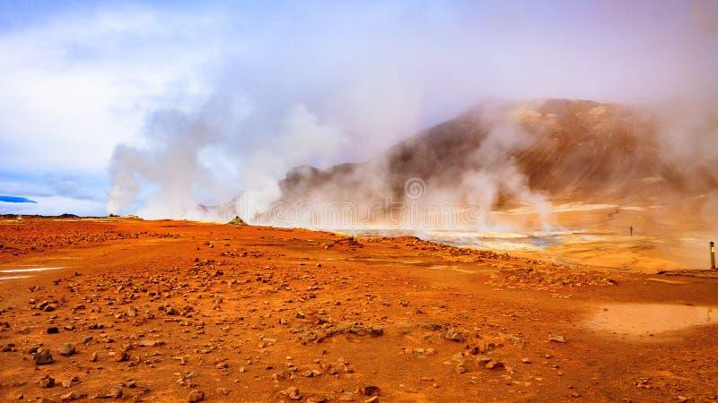 Dunster av vulkaniska gaser i Hverir arkivfoton