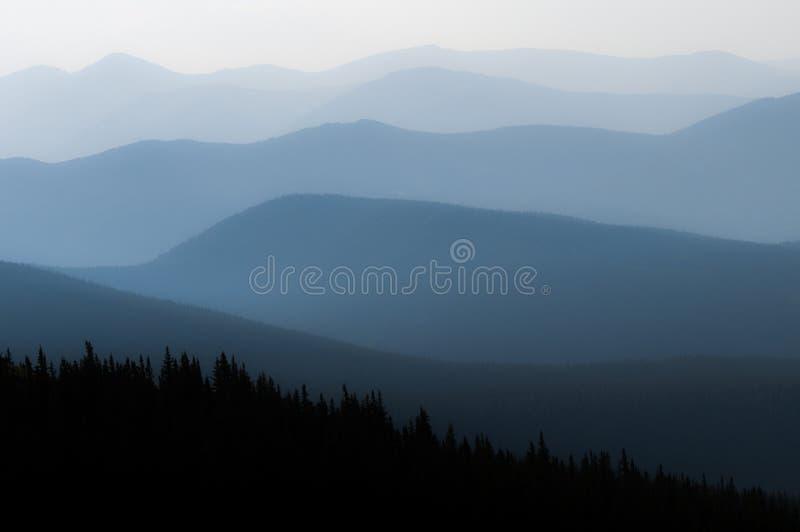 Dunstige Berge stockbilder