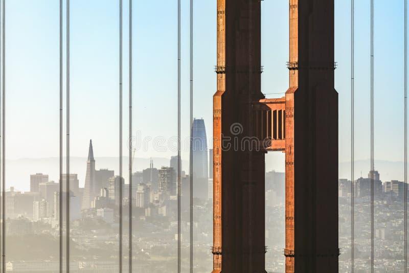 Dunstige Sonnenaufgang-Stadt durch die Bucht - San Francisco stockfoto