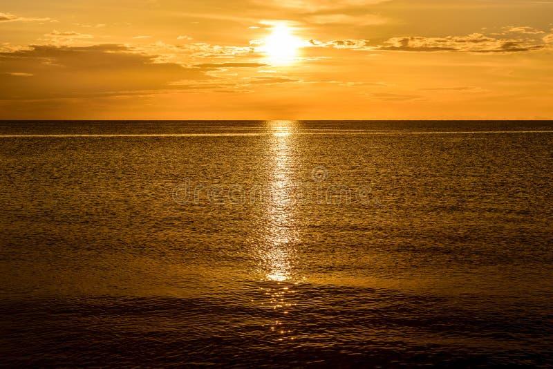 Dunstiger goldener Sonnenuntergang in Montego Bay Jamaika lizenzfreies stockbild