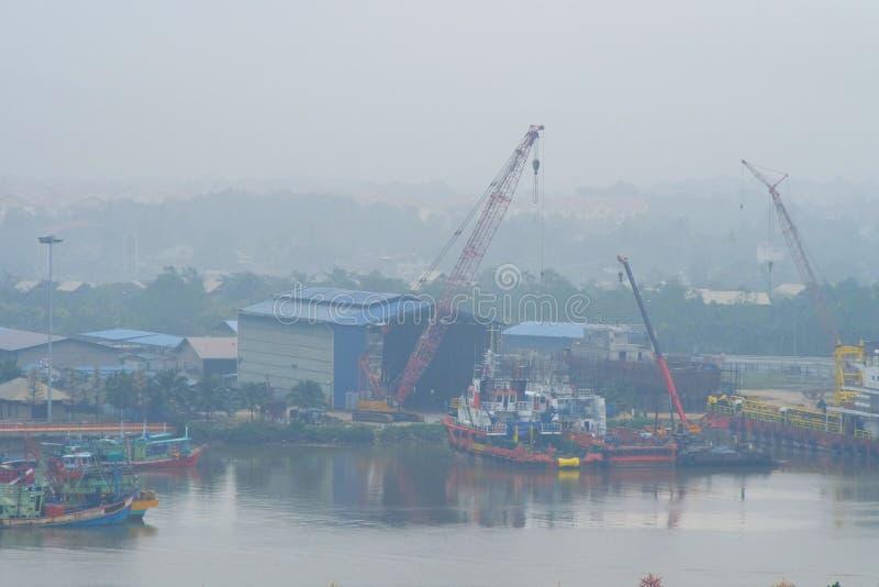 Dunstiger Morgen der Schiffsbau-Werft Plattform-Versorgungs-Schiffe   Terengganu - Malaysia lizenzfreie stockfotos
