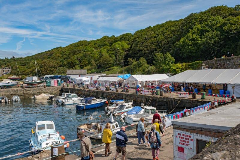 Dunure en la ubicación de la película del Outlander de Escocia que tiene un festival del día abierto del mar y ocupado con muchos fotos de archivo libres de regalías