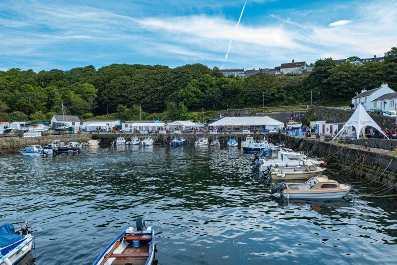 Dunure en la ubicación de la película del Outlander de Escocia que tiene un festival del día abierto del mar y ocupado con muchos foto de archivo libre de regalías