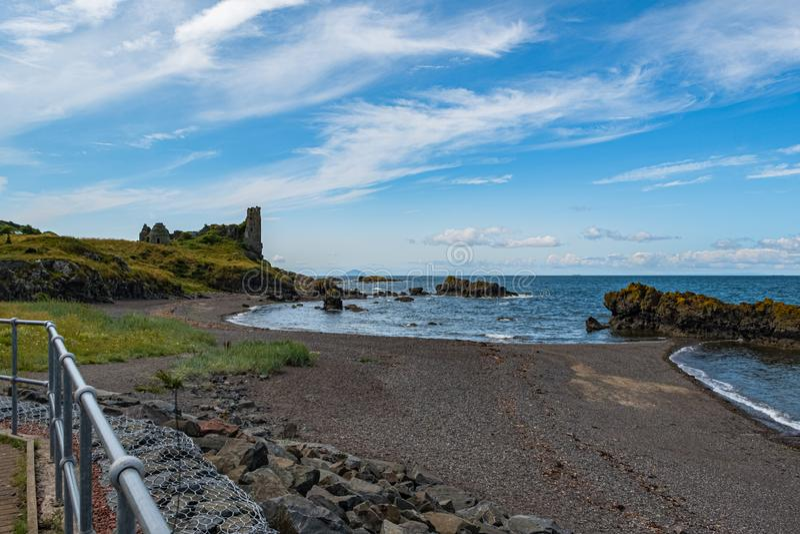 Dunure kasztelu ruiny i Niewygładzony wybrzeże Wykładają w Szkocja Outlander ekranizacji lokacji Z swój Niewygładzonymi Dennymi D zdjęcie royalty free