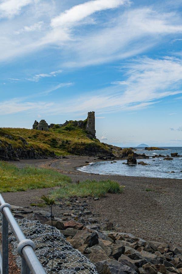 Dunure kasztelu ruiny i Niewygładzony wybrzeże Wykładają w Szkocja Outlander ekranizacji lokacji Z swój Niewygładzonymi Dennymi D fotografia royalty free