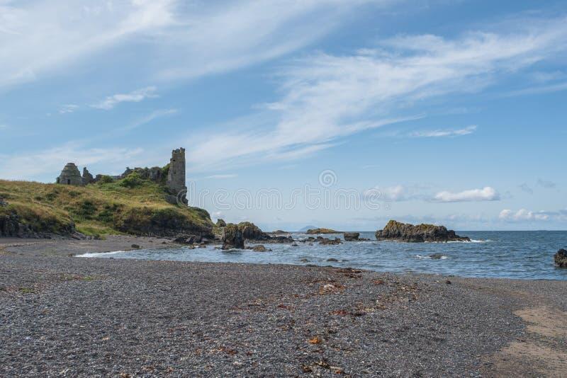 Dunure kasztelu ruiny i Niewygładzony wybrzeże Wykładają w Szkocja Outlander ekranizacji lokacji Z swój Niewygładzonymi Dennymi D obraz stock