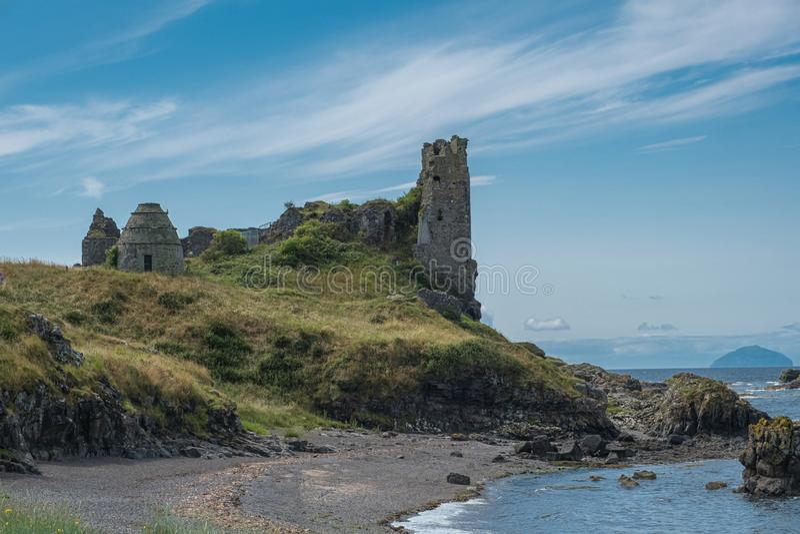 Dunure kasztelu ruiny i Niewygładzony wybrzeże Wykładają w Szkocja Outlander ekranizacji lokacji Z swój Niewygładzonymi Dennymi D fotografia stock