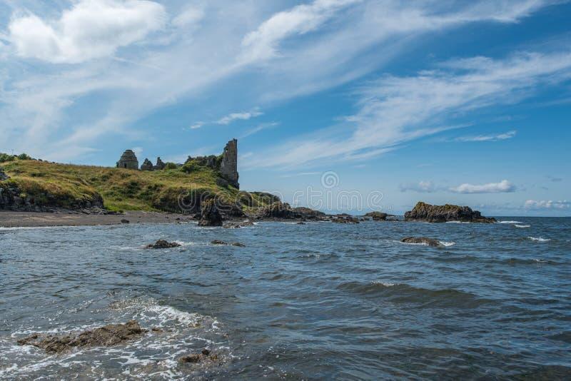 Dunure kasztelu ruiny i Niewygładzony wybrzeże Wykładają w Szkocja Outlander ekranizacji lokacji Z swój Niewygładzonymi Dennymi D zdjęcia stock