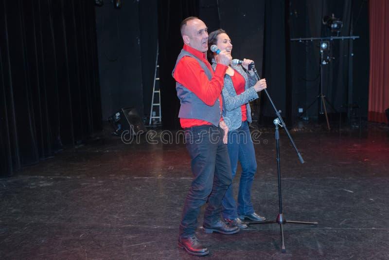 Duo chantant sur l'étape photo stock