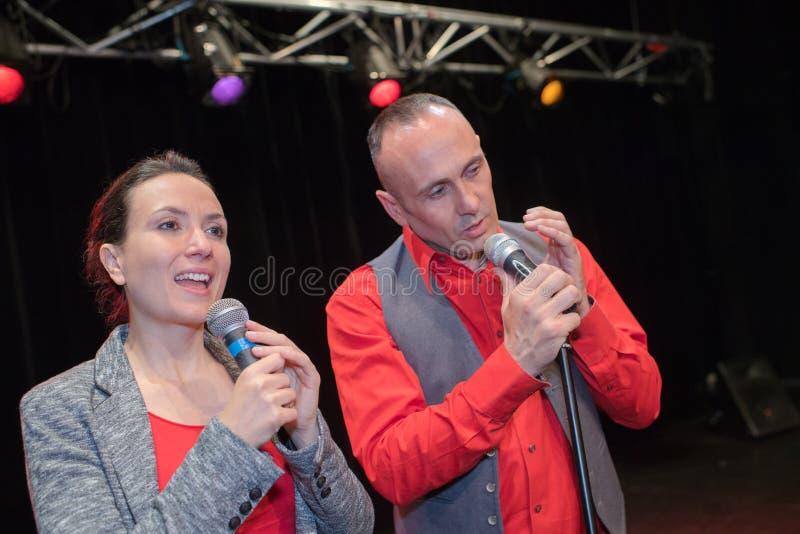 Duo de chanteur dans l'étape photo stock