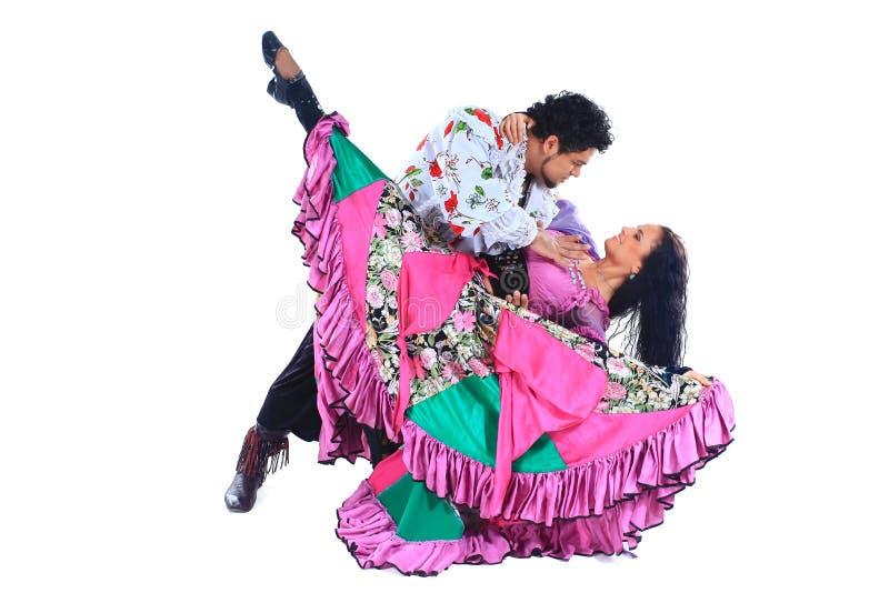 Duo de danse exécutant une danse gitane D'isolement sur le blanc photos stock