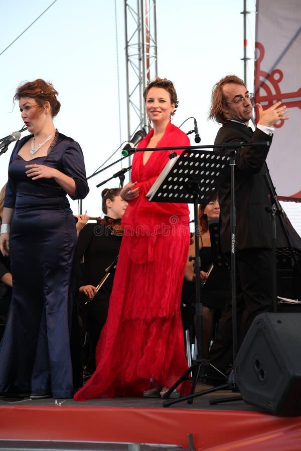Duo de Opera - cantor Alina Shakirova, Rússia, soprano de mezzo, e Daniela Schillaci, La Scala, Italia, soprano, na fase aberta fotografia de stock