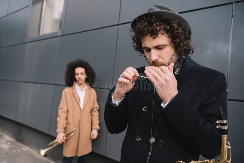 Duo des Straßenmusikerspielens lizenzfreies stockfoto