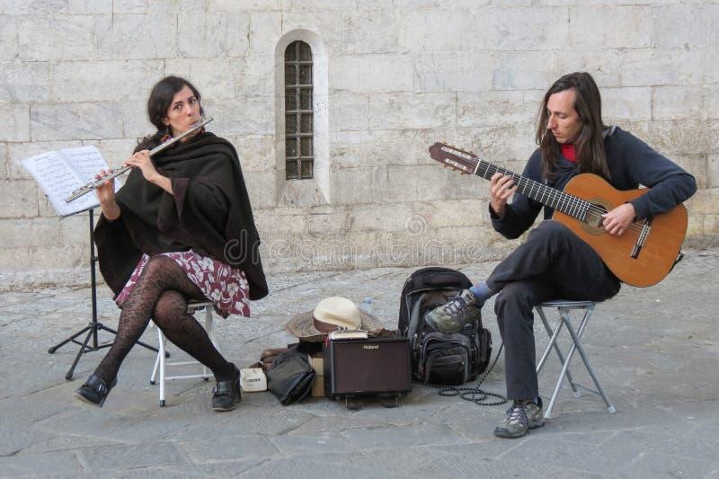 Duo jouant de la musique sur une place image stock