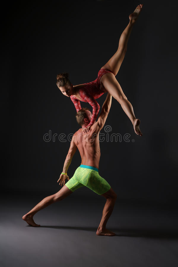 Duo von Akrobaten führen Trick im Studio durch lizenzfreie stockbilder