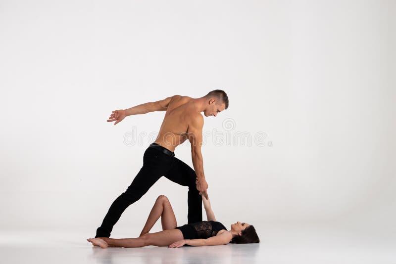 Duo von zwei Tänzern mit Pose, isoliert auf Weiß lizenzfreies stockbild